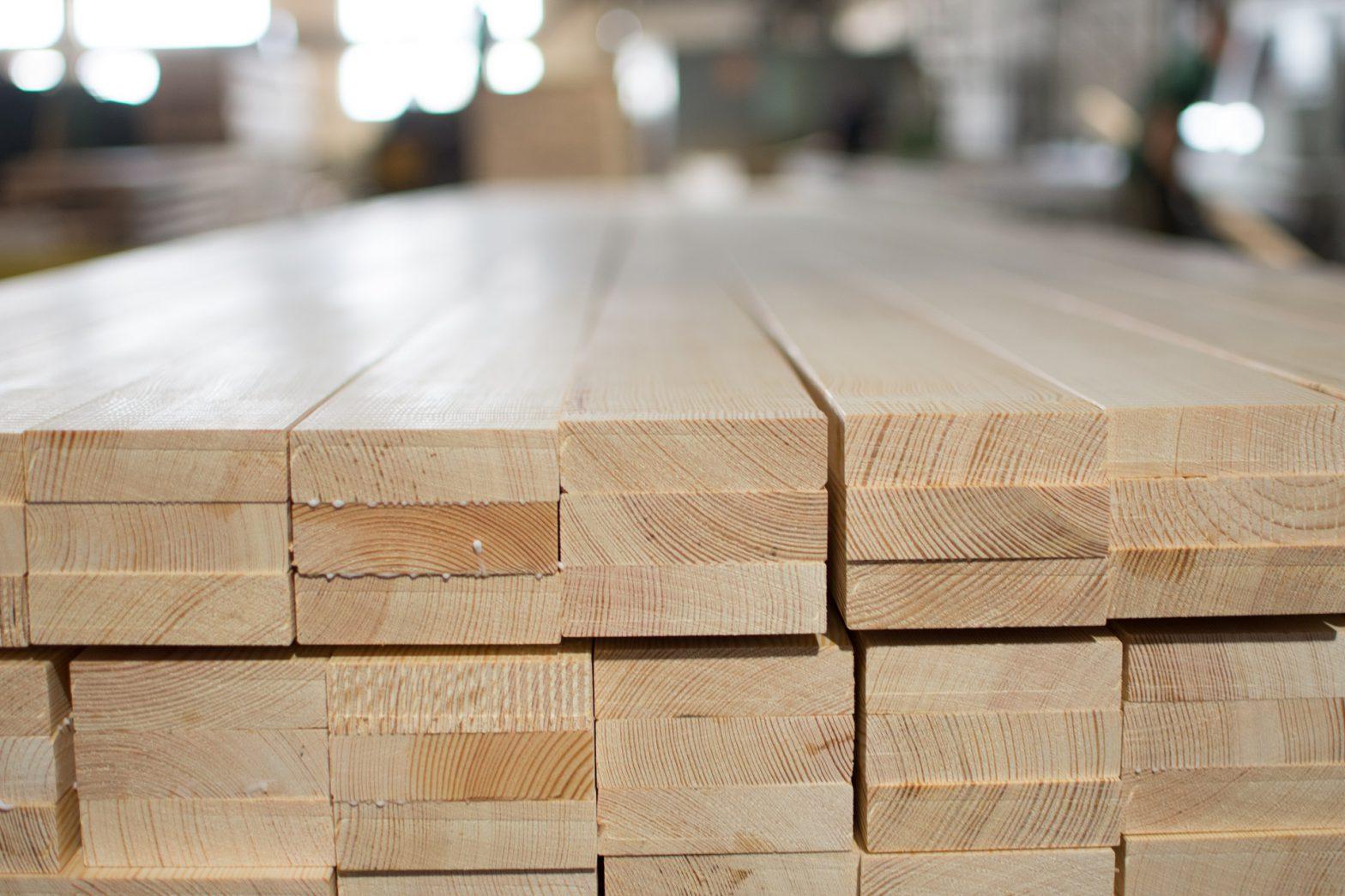 Drewno klejone – czym się charakteryzuje?